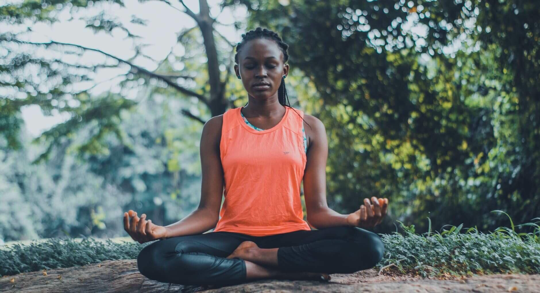 mulher-negra-meditando
