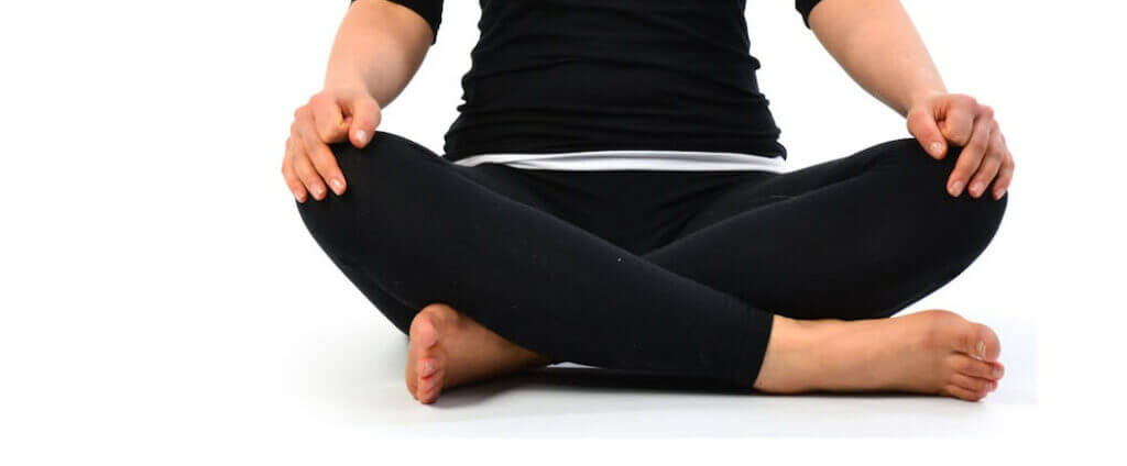 postura-de-meia-lotus-Sukhasana-mulher