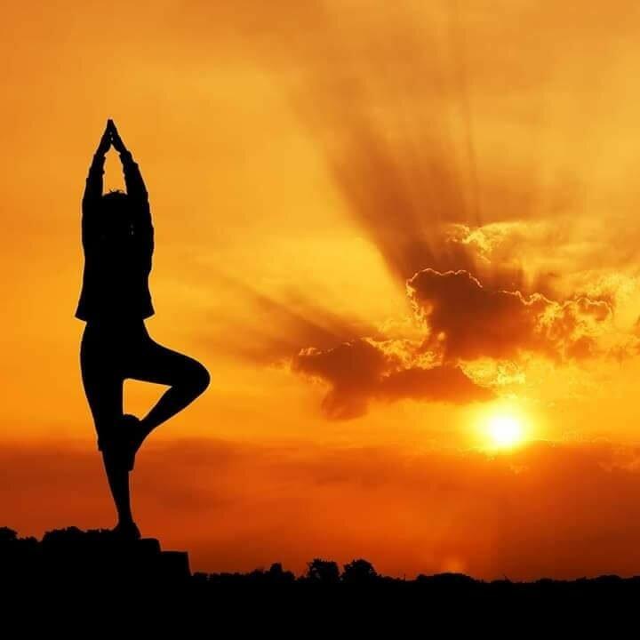 yoga-sol-posição-de-yoga