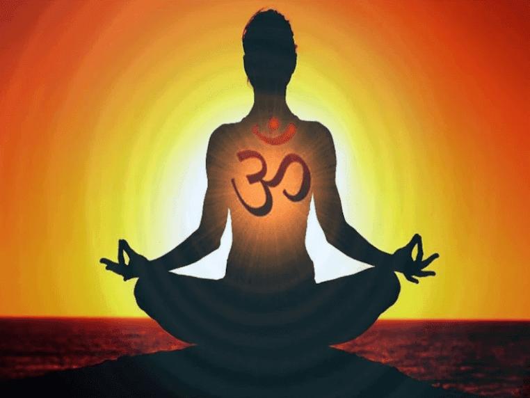 OM - mantra - pessoa - meditando