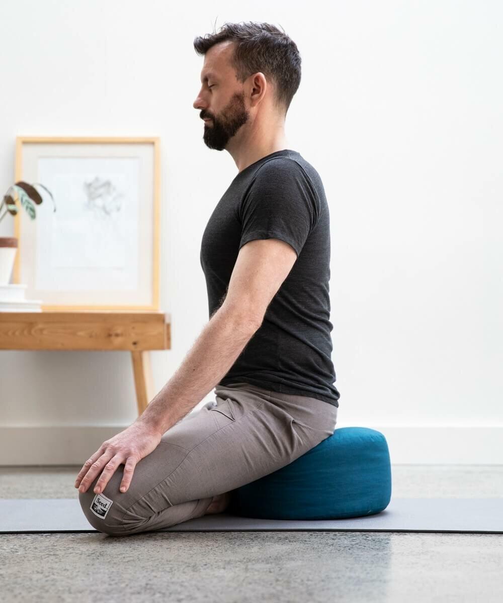 homem-meditando-almofada