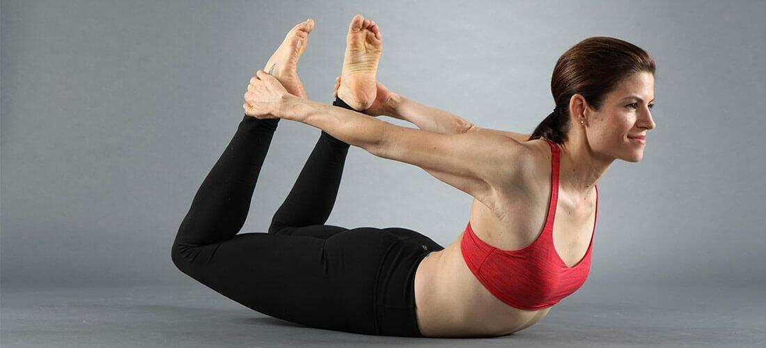 Dhanurasana-postura-arco-yogateria