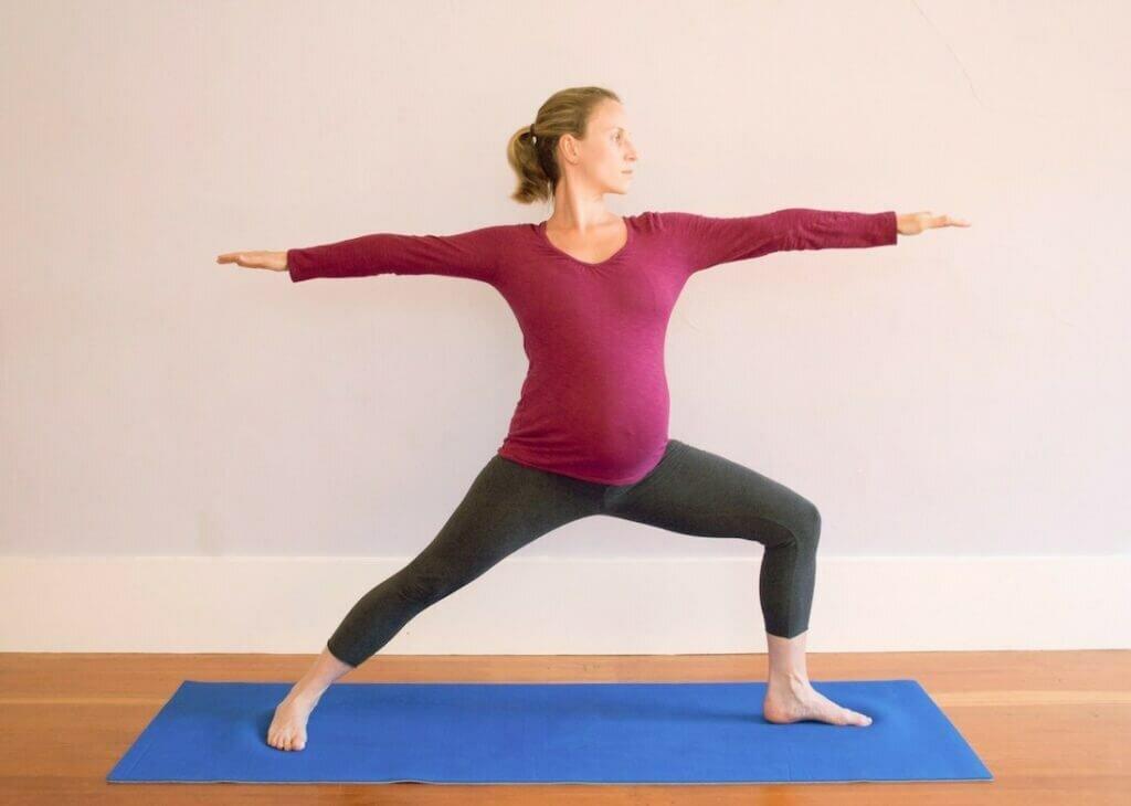Postura-guerreiro-mulher-gravida-yogateria