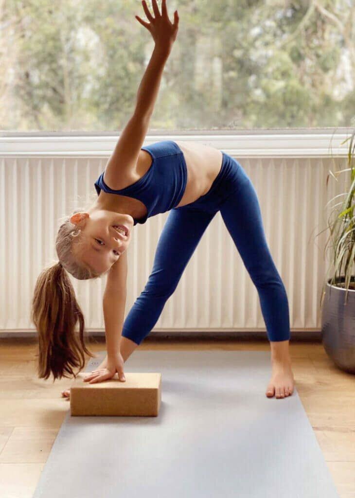 Trikonasana-postura-triangulo-yogateria