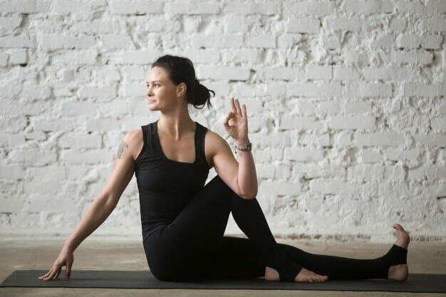 ardha-matsyendrasana-torção-sentado-yogateria