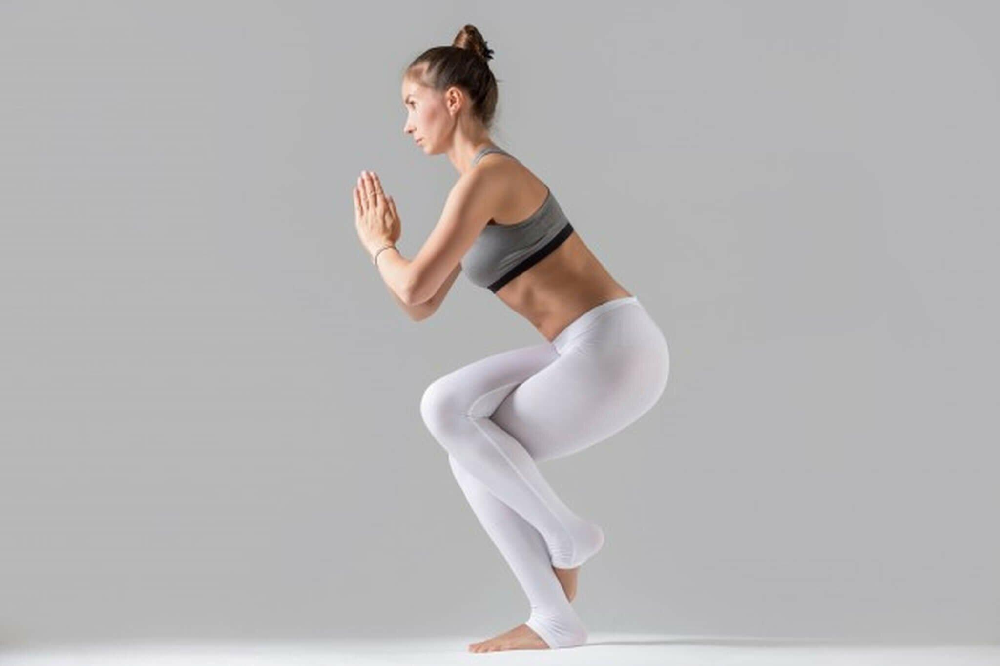 mulher-garudasana-postura-aguia-yogateria