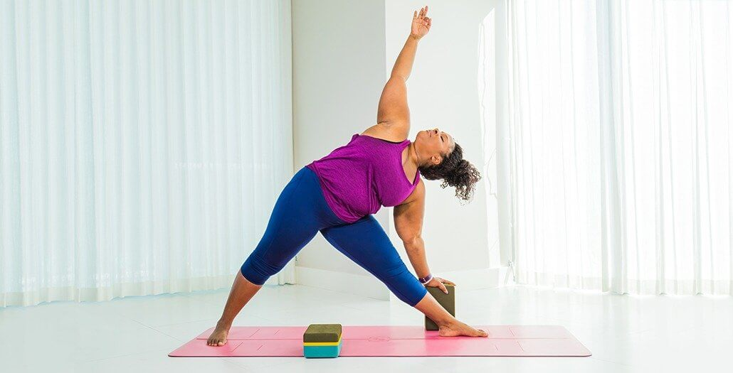 mulher-negra-trikonasana-yogateria