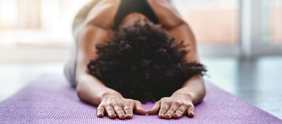 mulher-negra-yoga-yogateria
