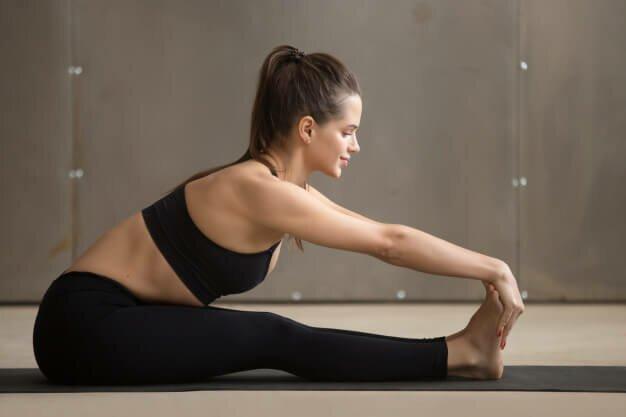 paschimottanasana-postura-pinça-yogateria