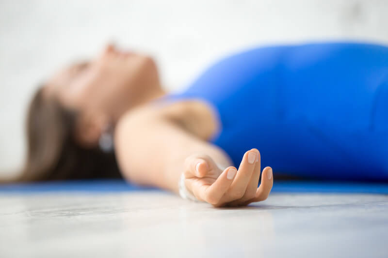 savasana-a-postura-do-cadaver-no-yoga-yogateria