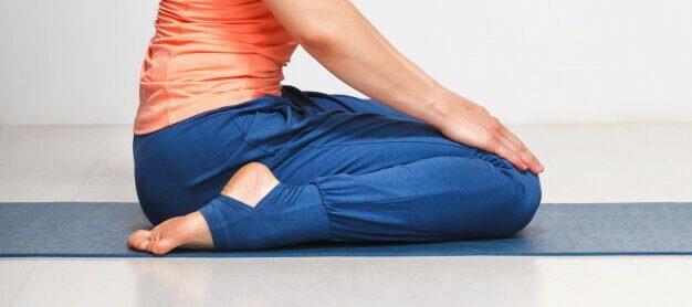 Virasana-postura-heroi-yogateria