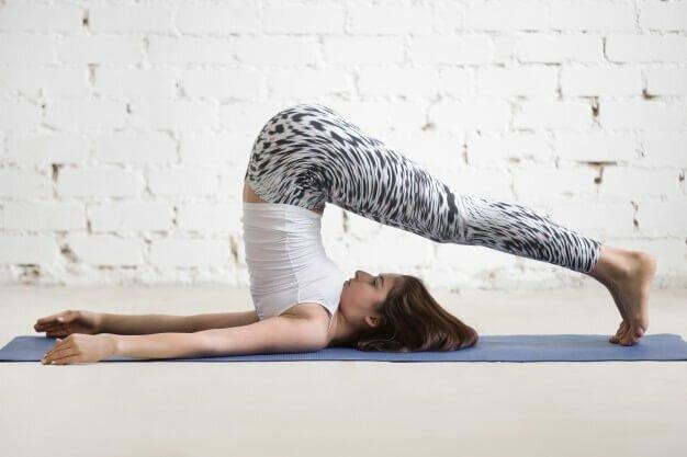 postura-arado-halasana-yogateria