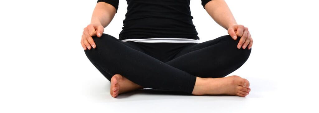 sukhasana-postura-facil-yogateria