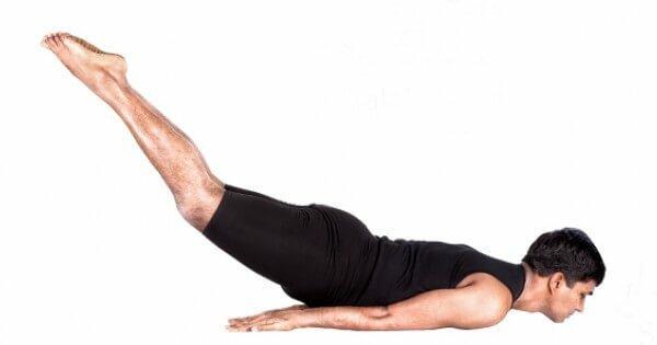 Shalabhasana-postura-gafanhoto-yogateria