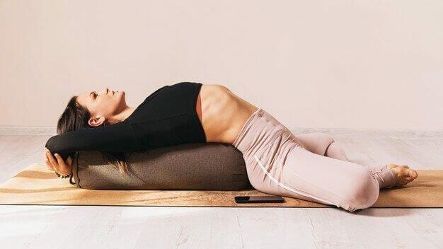 bolster-de-yoga-para-relaxar-yogateria2