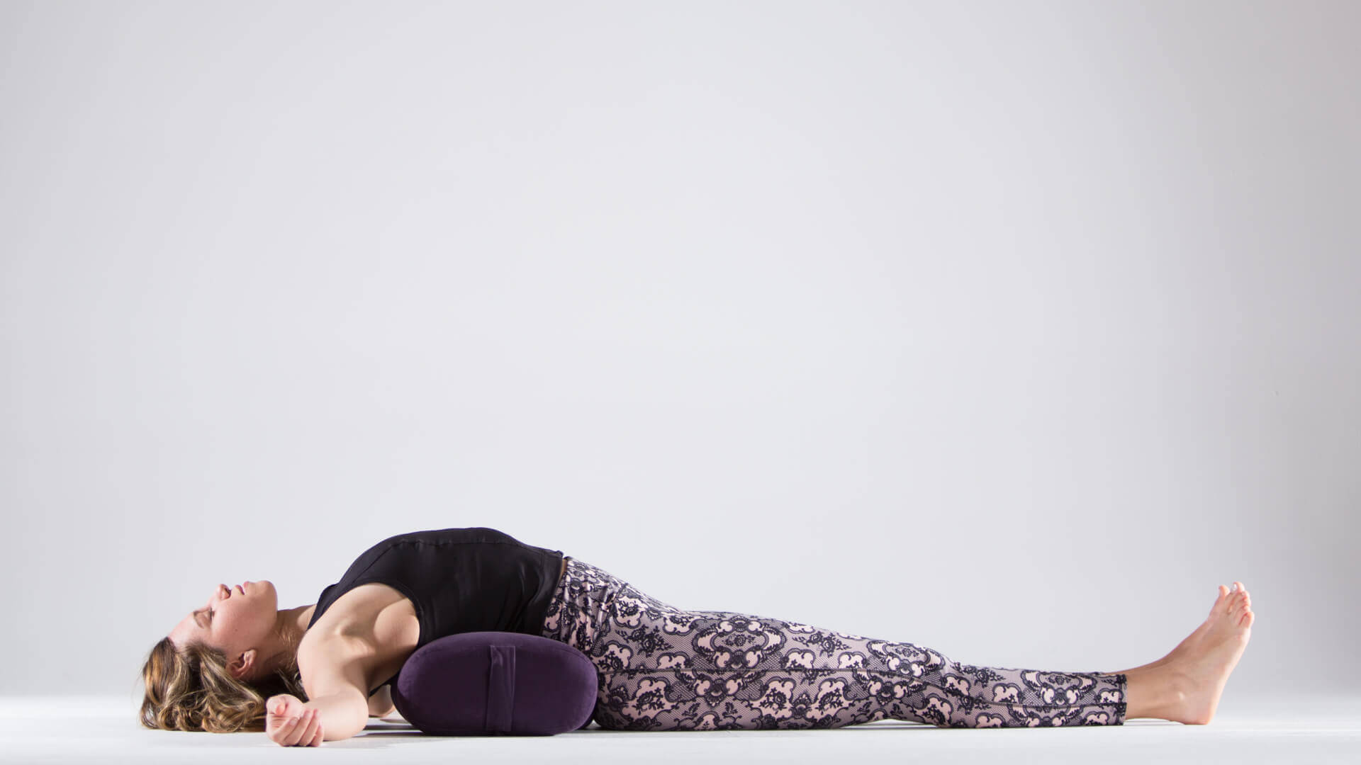 postura-peixe-bolster-yogateria2